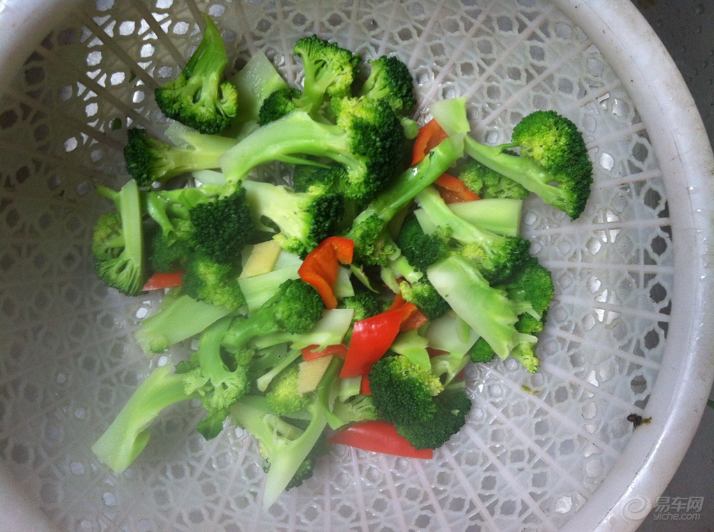 西兰花含有丰富的蛋白质,常吃菜花可以大大减少直肠癌 胃癌 乳腺癌的机率。。虾仁含丰富的蛋白质和钙质,有利于宝宝的健康成长,虾仁营养丰富,肉质松软,易消化。。。 西兰花去掉粗茎,分成小朵。将西兰花掰成一小朵,方便孩子咀嚼红辣椒去籽切成小块备用。。 在沸水中让点盐,放入开水中焯透捞出,然后在在用冷水冲下。。 但是要注意的是,在烫西兰花时,时间不宜过长,否则会失去脆感。。 西兰花煮后颜色会更加鲜艳烹饪之前把虾仁用清水冲洗几遍,如果是冰箱冷藏室内让它慢慢的解冻,最好不要用水泡,更不能用热水解冻。 .