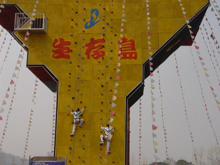 生存岛是国内首创的一个新概念旅游基地,位于北京市怀柔县红螺东路6号,是培训、旅游市场惹人注目的一道新奇而亮丽的风景线,在京郊旅游资源最密集的怀柔区红螺山旅游开发区的青山绿水间。 生存岛最具特色的集体休闲活动:活动主题:舒缓压力、陶冶情操,追忆童趣、休闲娱乐,活动内容新颖独特,具有趣味性、竞技性、实效性、挑战性。 活动方式:整个活动由生存岛教练及指导教师全程负责,统一指挥,以比赛的形式为主体,中间穿插部分休闲内容,比赛以积分形式进行。 生存岛真人CS:包括丛林攻防、间谍战、攻克堡垒等战役教练组织进行。拓展培