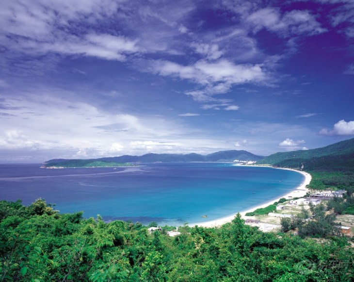 分界洲生态文化度假区座落于海南省海口三亚东线高速公路牛岭15号出口处,是一个极具热带海岛风情特色的海岛型景区。因特殊的地理位置、气候特征、海岛地形、地域文化等,分界洲有美女岛、观音岛、无名岛、睡佛岛、冰火岛之誉。从海口出发到分界洲是174公里,由三亚出发则只有68公里。 分界洲自古就无人居住,有非常洁净的海洋环境和丰富的海洋生态资源,是海南最适宜潜水、观赏海底世界的海岛,其生态环境堪比西沙群岛。这个岛屿地貌比较特殊,山、石、水、暗礁等一概具有,海水清澈、能见度好,潜水条件得天独厚,因此吸