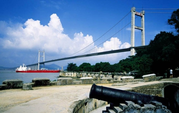 虎门大桥是由我国自行设计建造的第一座特大型悬索桥,被誉为世界第一跨,是东莞标志性的旅游景点。虎门大桥的建成通车,跨海连接了虎门、番禺两地,使东莞成为沟通穗、港以及珠江两岸和深圳、珠海两个特区的交通枢纽。这里曾经是鸦片战争的古战场,清道光年间,林则徐带领虎门军民筑起了百丈铁链横锁大江,凭借一夫当关、万夫莫开的金锁铜关抵御来犯之敌。而今,硝烟不再,天青海阔,波澜不惊,天堑变了通途,泛舟珠江,只见大桥飞架,横空出世如长虹卧波;信步桥头,则气象万千,云樯帆影,尽收眼底。