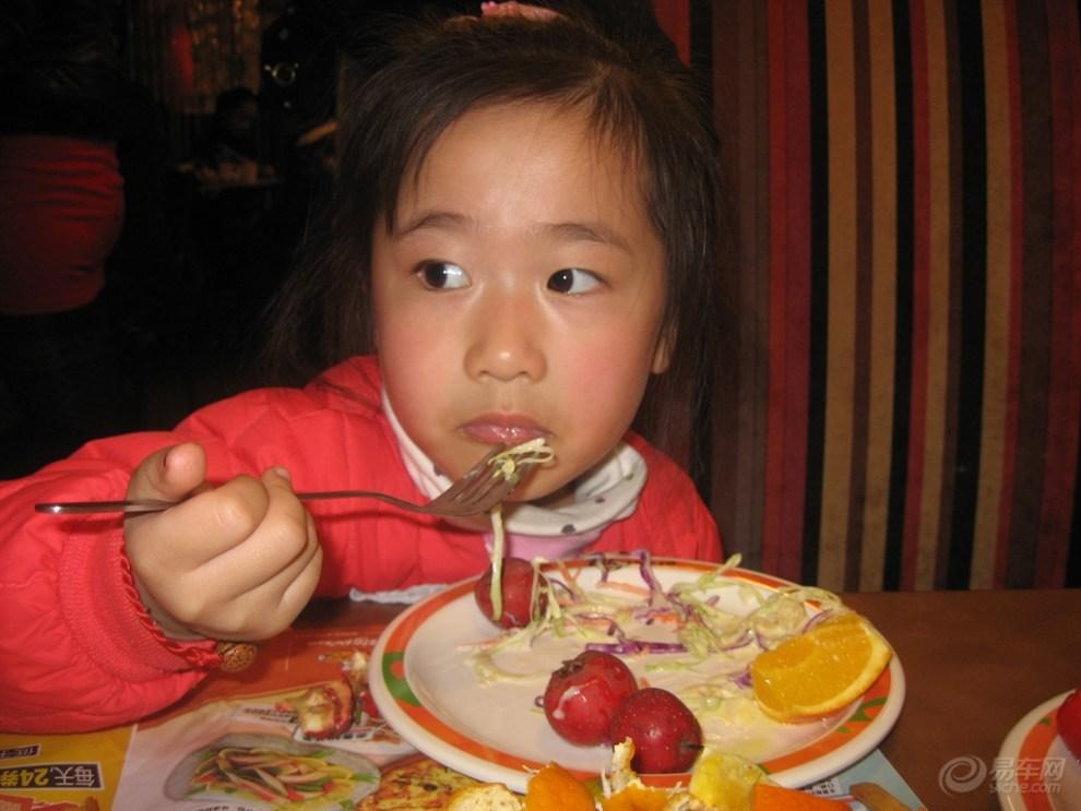 小美女吃披萨!