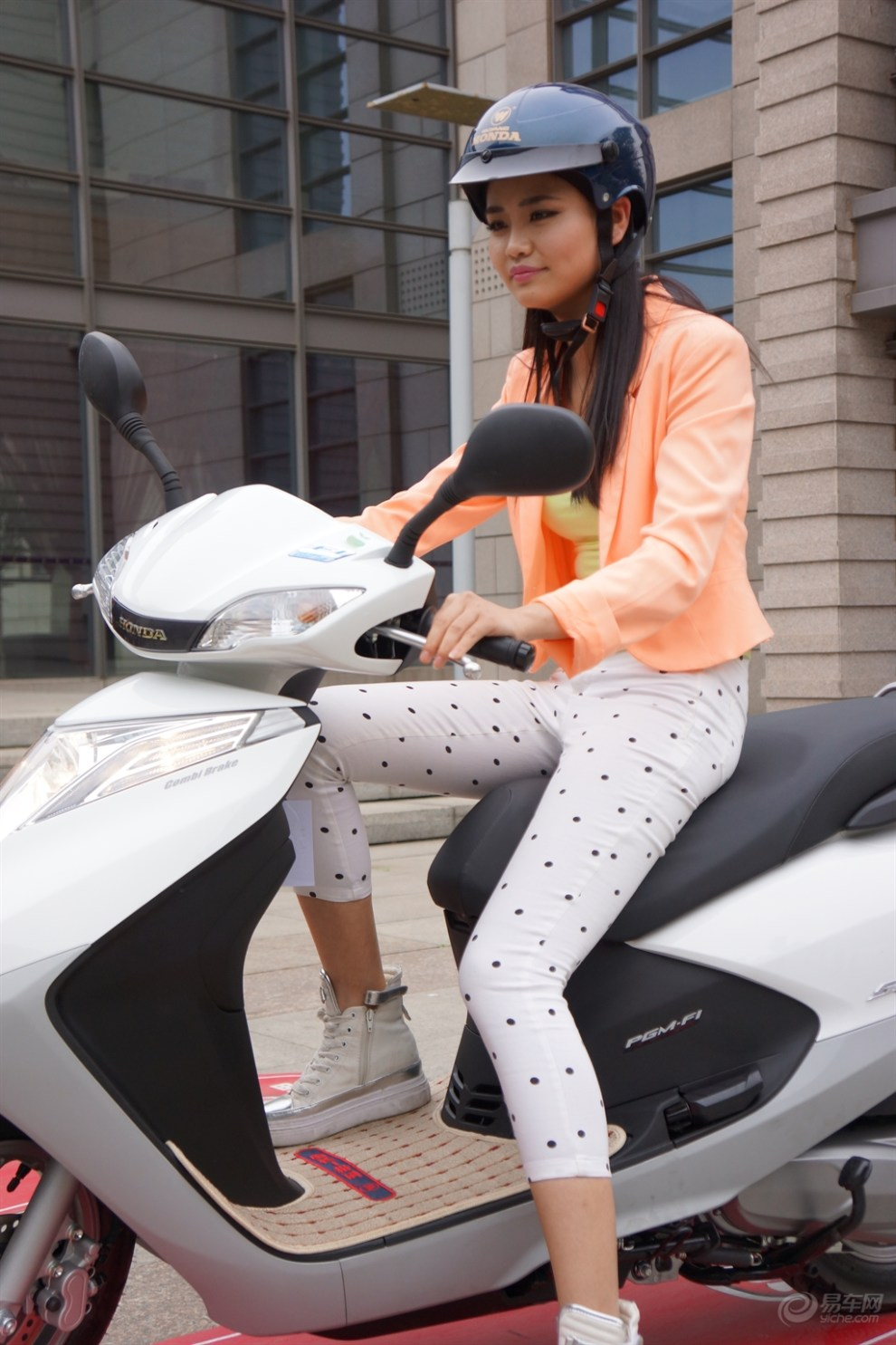 五羊本田首发睿御110摩托车 引来美女骑游