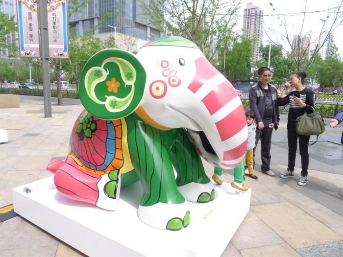 彩绘大象雕塑在沈阳万象城展出