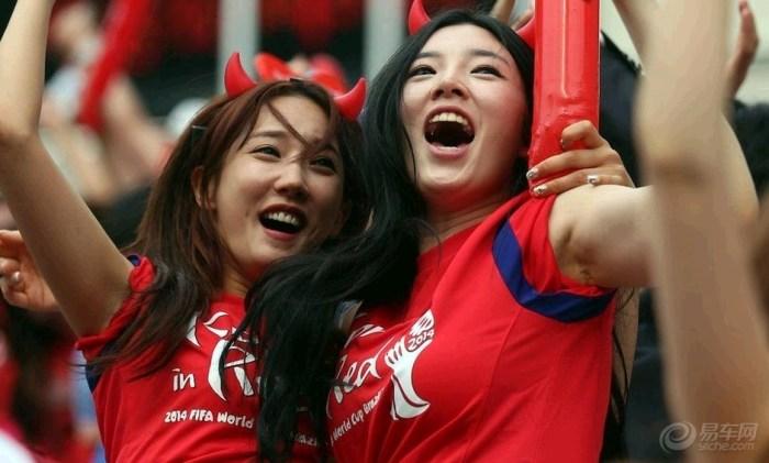韩国女球迷观战韩国对阵俄罗斯.