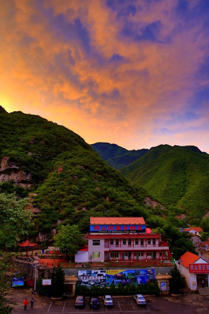 聚灵峡乡村酒店位于灵山自然风景区内,是一家集旅游,休闲,餐饮,娱乐