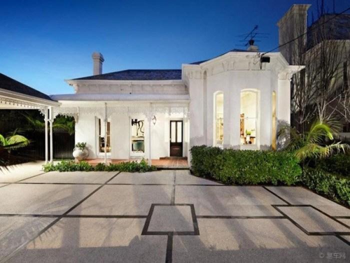 别墅外观与室内风格一致,白色主墙,蓝色瓦顶,蓝白搭配美丽优雅,自然地