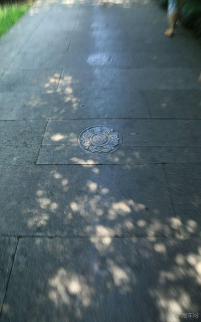 浙江 长安/沿石板路往前走,低头可见石板上刻有形状各异的莲花。