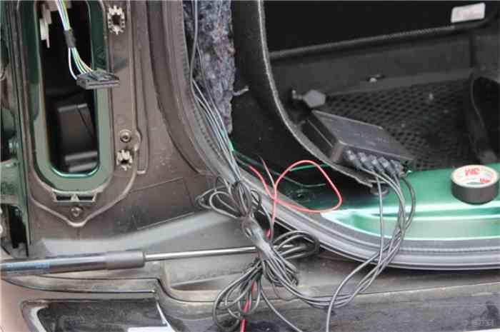 探头连接线捋顺捆绑好,穿入车内后备箱内,连接好主机