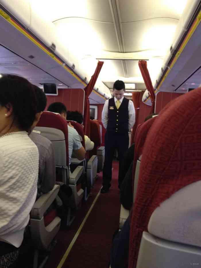 杭州飞机上的乘务员,是一个帅哥,比较年轻啊,看牌子是位实习生.