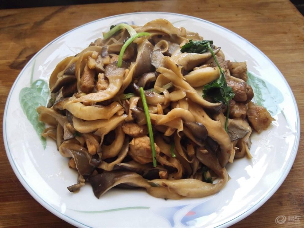 【浓情冬季享肥肠】平菇炒肉小吃摊的烤美味图片