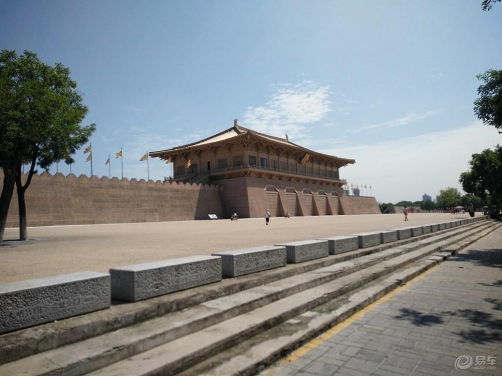 西安古代城墙下