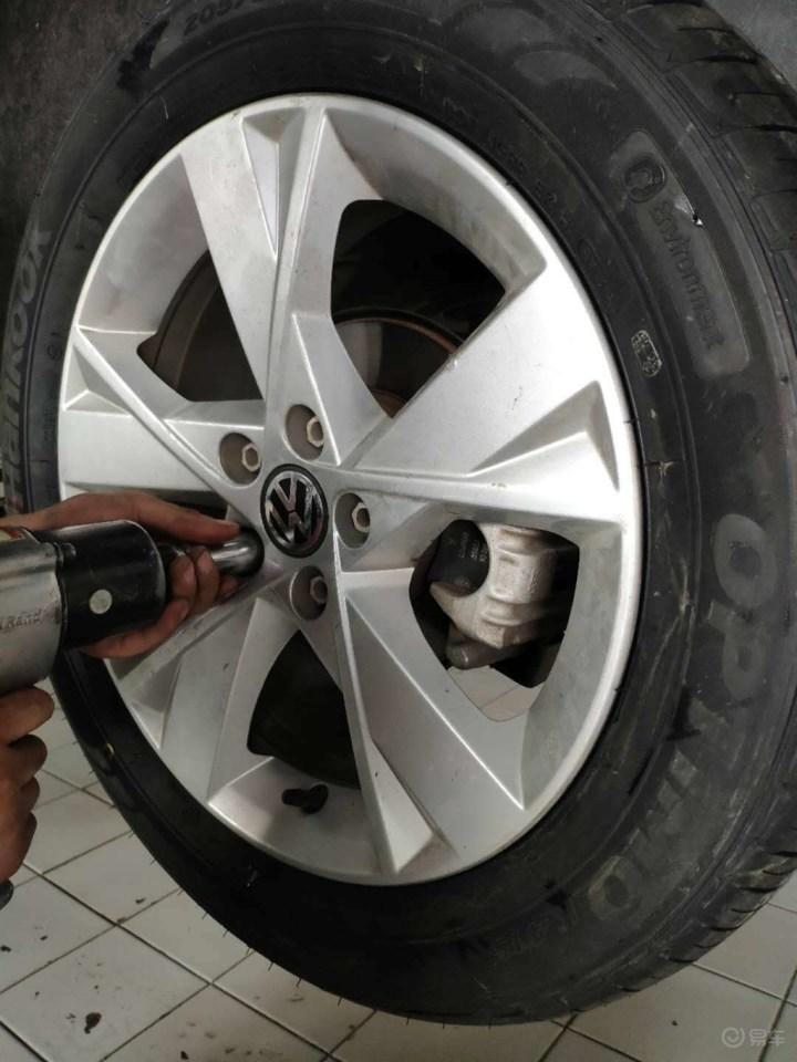 给六年的宝来换轮胎!