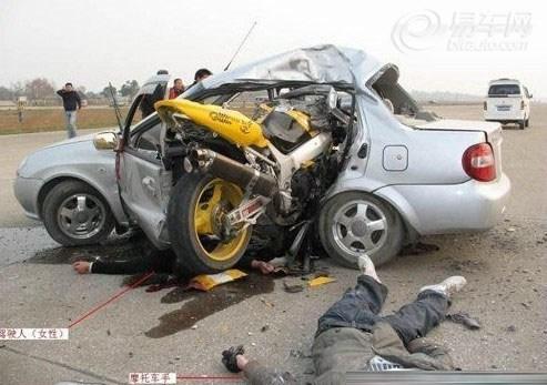 悲惨的车祸 摩托车撞死汽车司机高清图片