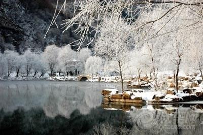 尤其是在冬季,洞外古琴湖畔特有的冰雪雾凇景观和洞内的温暖如春产生