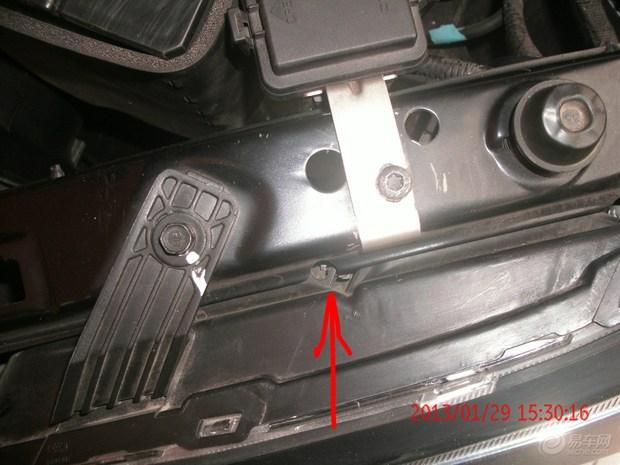 如何调整汽车灯光? 汽车前照灯(俗称汽车大灯)是汽车夜间行驶的主要设备,前照灯亮度、光束角度如果不正确,将影响夜间行车安全。因此,前照灯灯泡烧毁、污损、照射角度不正常,都是很危险的现象,必须在维护中及时修复。  a)前照灯光束标准。 为了保证夜间行车的安全,应定期检查调整前照灯光束,使之符合国家规定的要求,具体标准见上图(示意图)   示意图 大灯光束调整数据   前灯类型 幕墙距离 光束中心高度 数据(mm)   近光灯 10m 0.