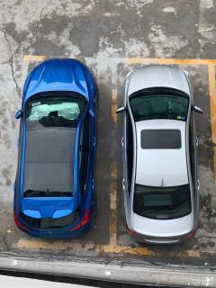 虽说两厢的福克斯是小型车,给人感觉很小台,车里面会很挤,但是很多人坐进来都说出乎