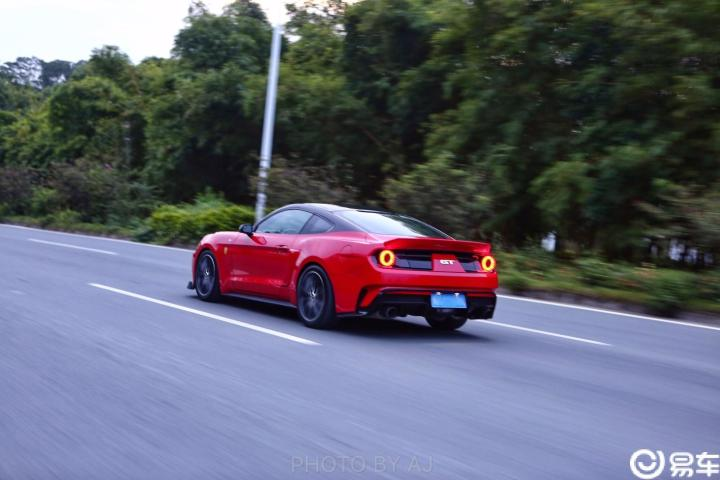 美式肌肉车的激情红色周末