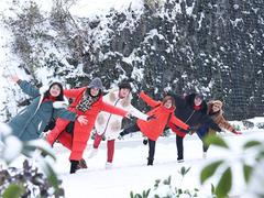 【瑞雪兆丰年】大年初一,有一群阿姨在小高山上踏瑞雪过新年