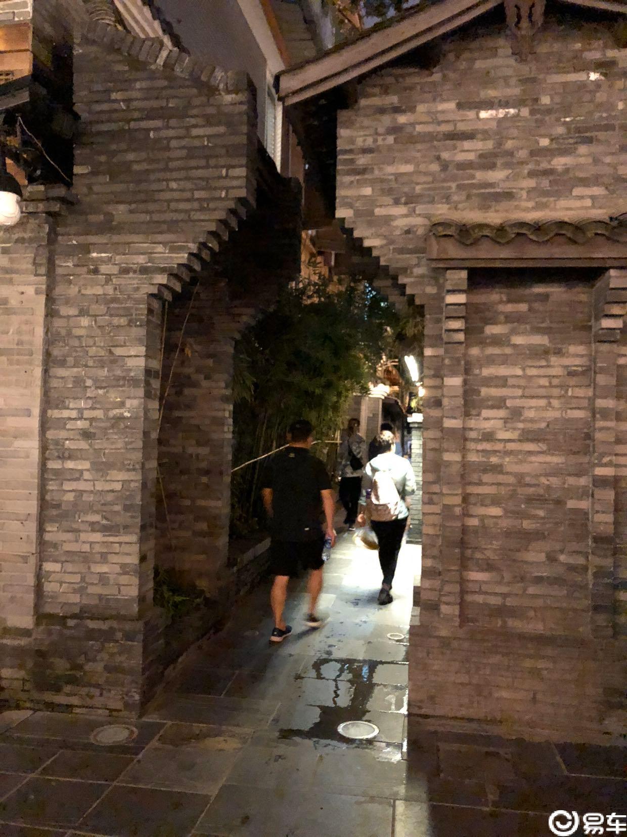 在成都宽窄巷子走走停停逛逛吃吃喝喝玩玩乐乐